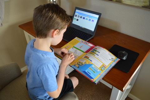 kid learning Scratch